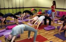 VIDEO: Iyengar jóga, promyšlené sekvence jógových pozic, bločky a bolstery po ruce