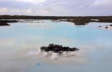 Okolí Blue Lagoon - modrá barva vody je způsobena obsahem bílého jílu