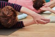 Jóga pro seniory je jiná, a přesto je to stále stejná jóga