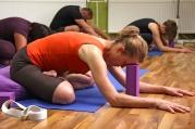 PORADNA: Moji 50letou mámu často bolí záda, pomůže jí jóga?