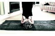 Někteří jógíni si koberec před cvičením zvlhčují