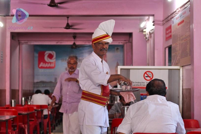 Příchod patnácti žen zvedl v indické restauraci vlnu vzrušení.