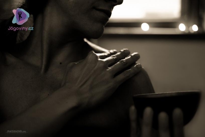 Olejová lázeň je spolu se stravou, jógou a meditací jako kouzelný lektvar pro udržení zdraví.