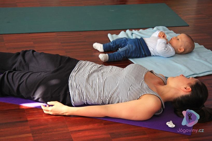 PORADNA: Které pozice můžu a které nesmím cvičit po porodu?