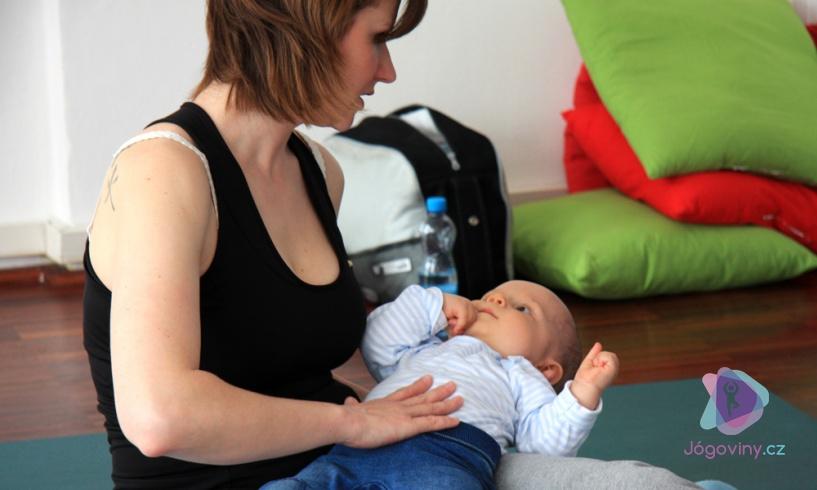 Lenka Gajdoštíková během lekce jógy s miminky