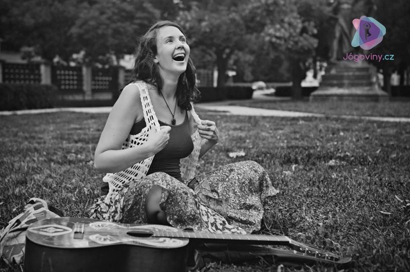 Iamme je jogínka, ale také zpěvačka, buskerka a překladatelka
