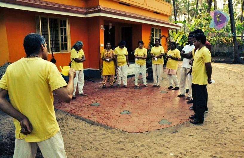 Společný nácvik džala néti v indickém ášramu