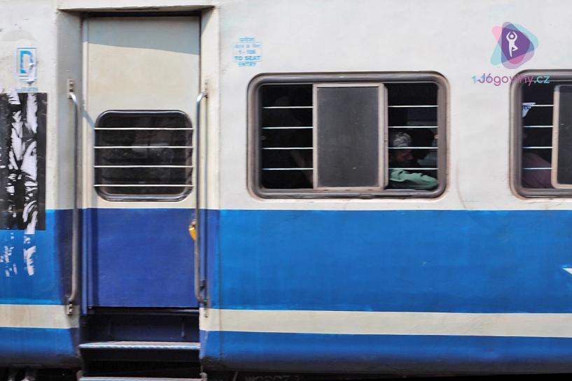 Vlak přijížděl do stanice a vzrušení mezi námi stoupalo