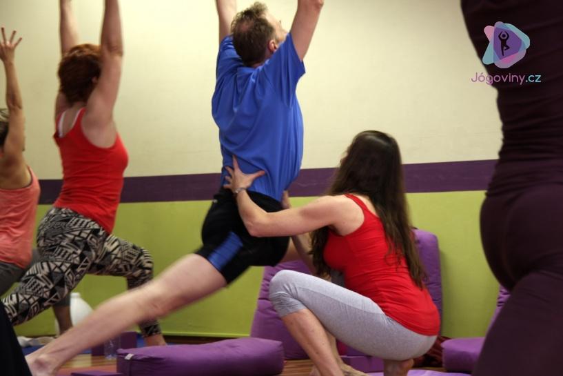 Při problémech s kolenem se zaměřte se na stabilizaci pánve, kyčelních kloubů a chodidel