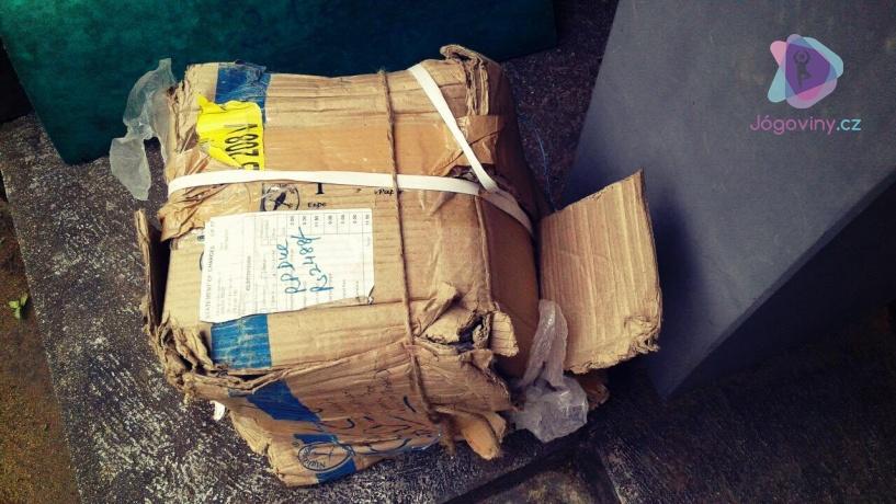 Lepenková krabice plná přičit utrpení