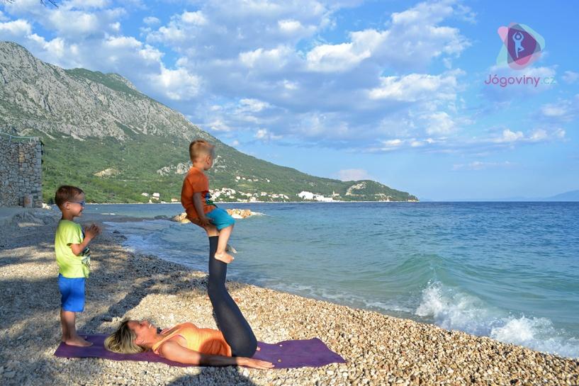 Jógová desetiminutovka stmeluje děti a dospělé