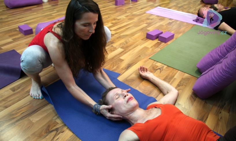 Helena Kubrychtová Bártová při lekci Iyengar jógy